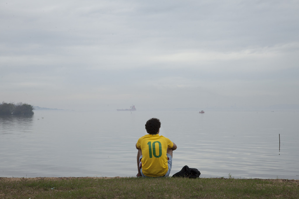 A brazilian soccer fan at Rio Guaíba riverbank. (c) Garapa